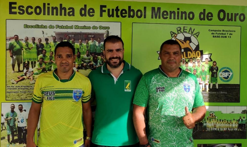 Gerente de eventos Rafael Portugal com Jhony Oliveira e Paulo Roberto, representantes da escola Menino de Ouro