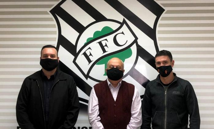 Claon Garcez, representante da equipe masculina do Figueirense F7, Presidente Norton Boppré e Fernandes, Assessor da Presidência. Foto: Patrick Floriani/FFC